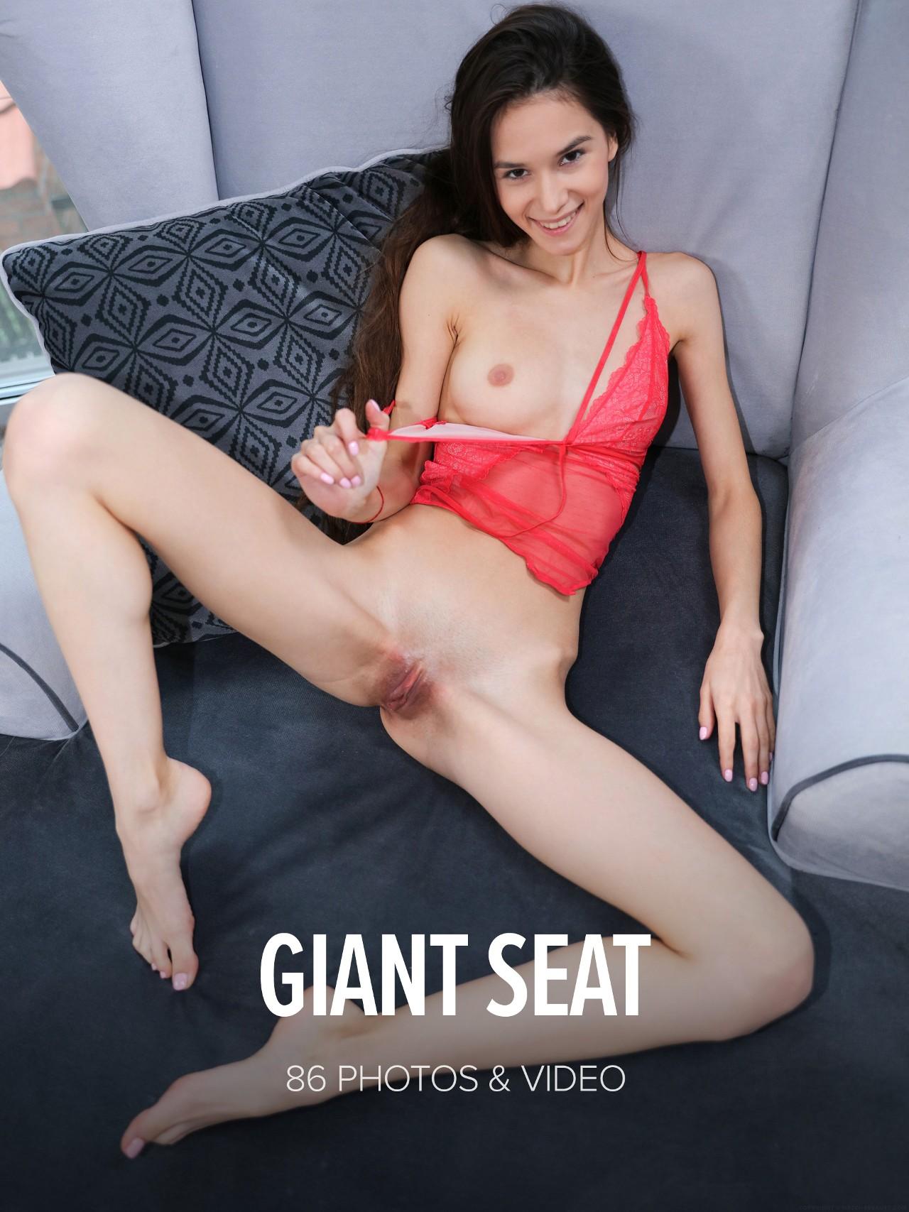 Leona Mia: Giant Seat
